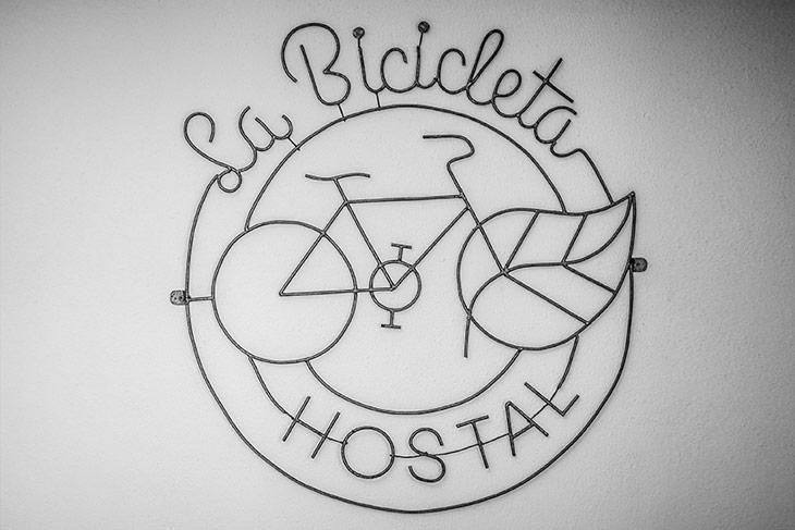 logo del hostal en el lobby